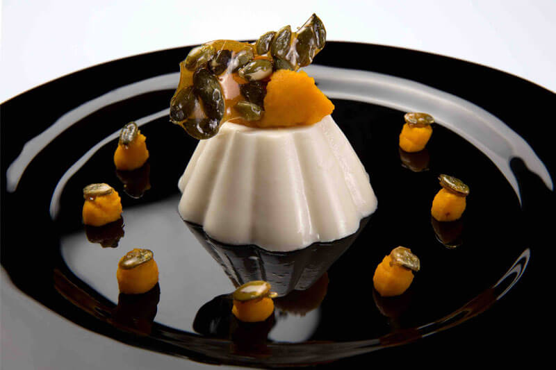 Biancomangiare alle mandorle con crema di zucca e semi di zucca caramellati